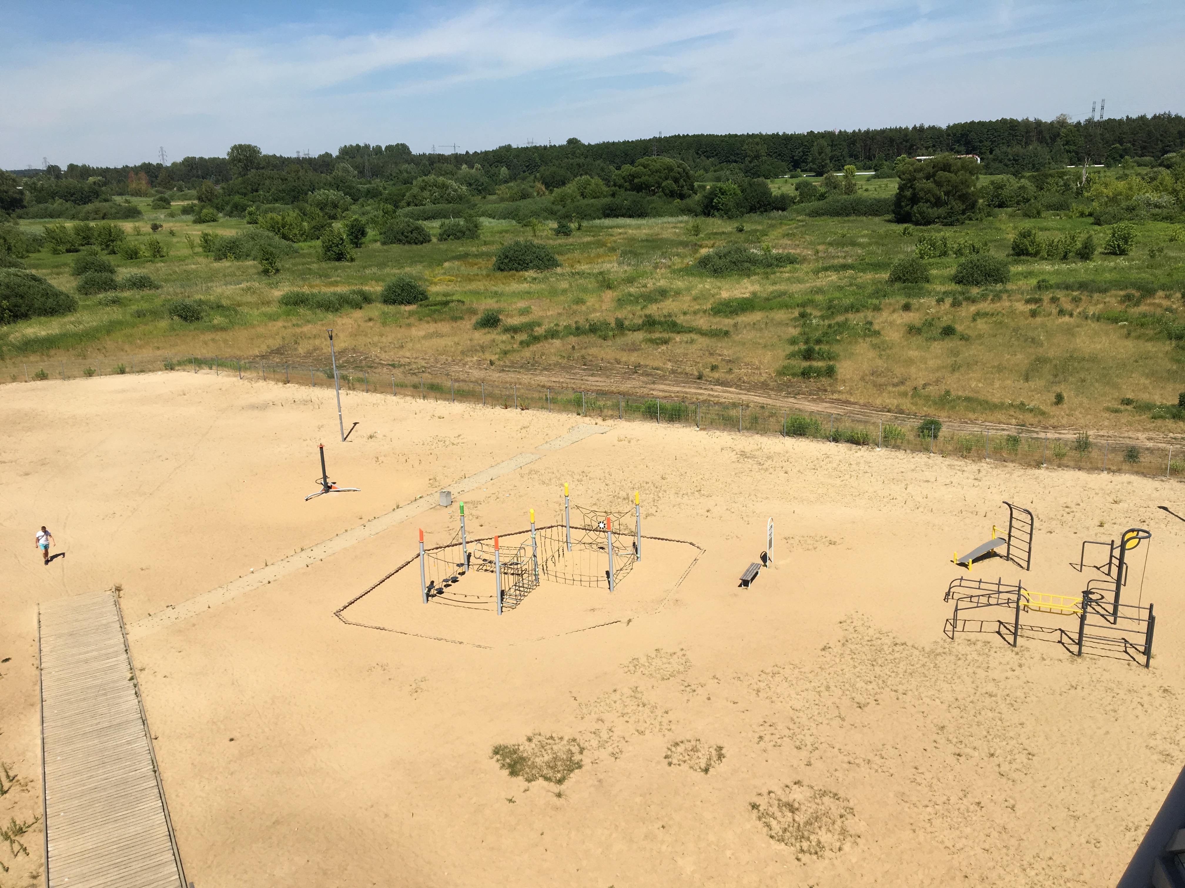 plaża Ząbki widok na plac zabaw