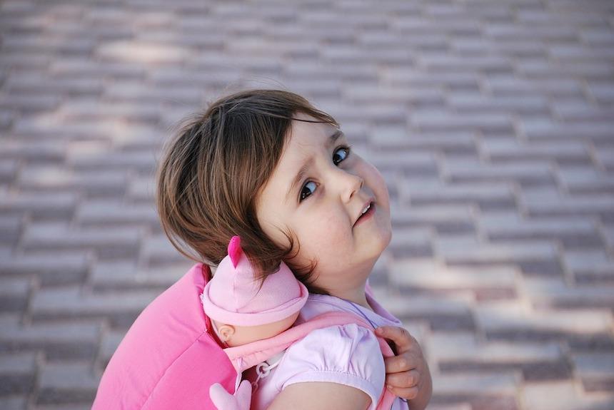 dziewczynka z różowym plecakiem