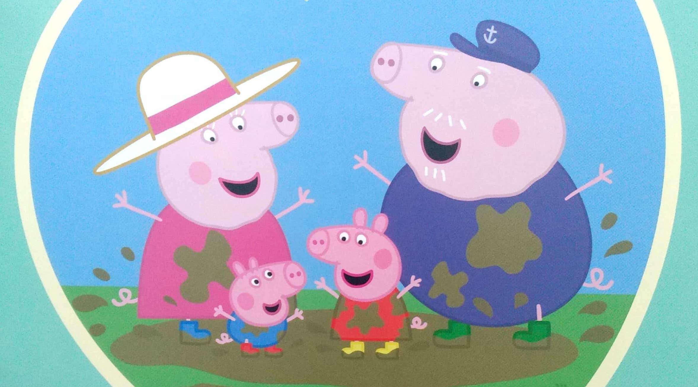 rodzina świnek tapla się w błocie
