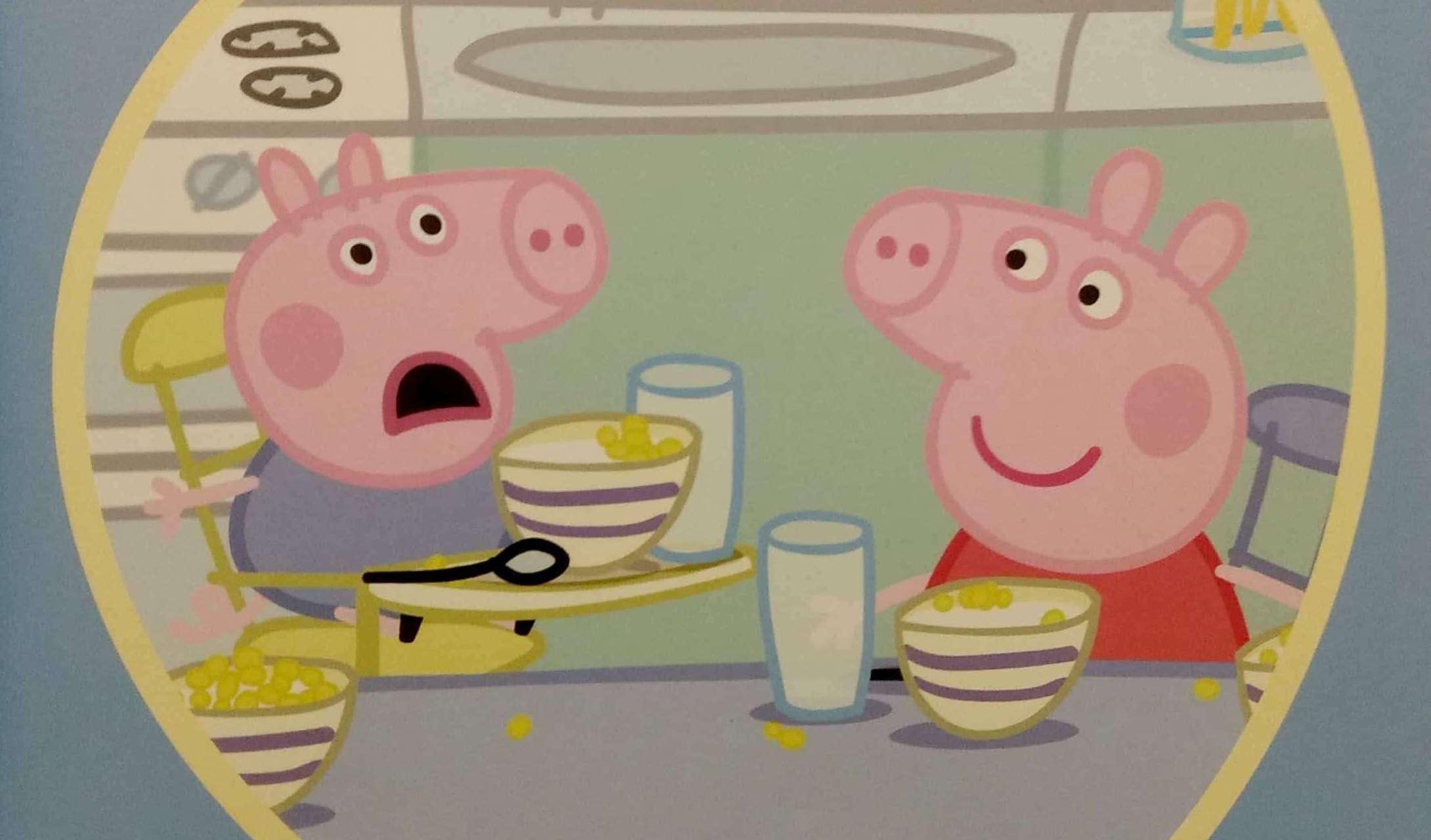 Świnka Peppa i George jedzą śniadanie
