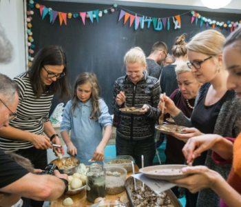 Międzypokoleniowe gotowanie w ramach rodzinnych warsztatów kulinarnych
