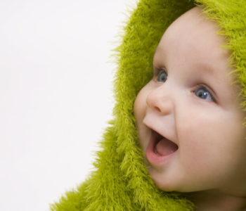 niemowlę w zielonym kocyku