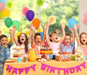Dzieci na urodzinowym przyjęciu