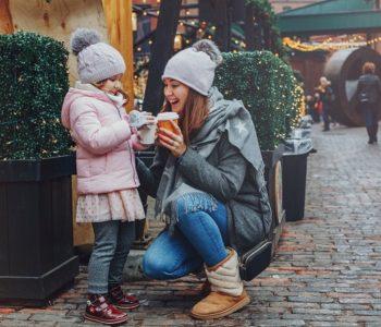 Mama z córką pijące ciepła czekoladę