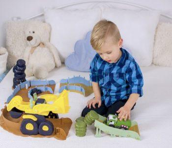 chłopiec bawiązy się autem