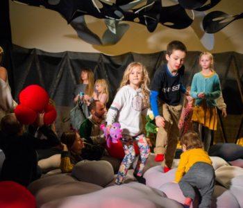 Co dwie sztuki to nie jedna. Warsztaty z cyklu Co robi artysta? dla rodzin z dziećmi ze spektrum autyzmu