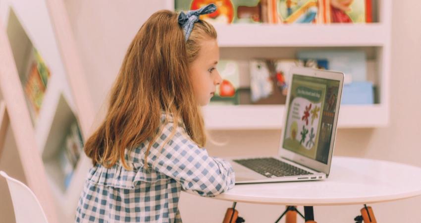 dziewczynka siedząca przy ekranie monitora