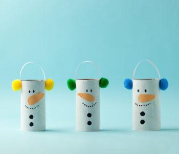Bałwanki z rolek po papierze toaletowym zabawa plastyczna dla dzieci