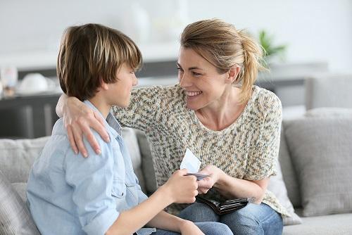 Mama daje pieniądze synowi