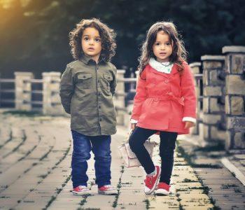 dziewczynka i8 chłopiec prezentują ubrania