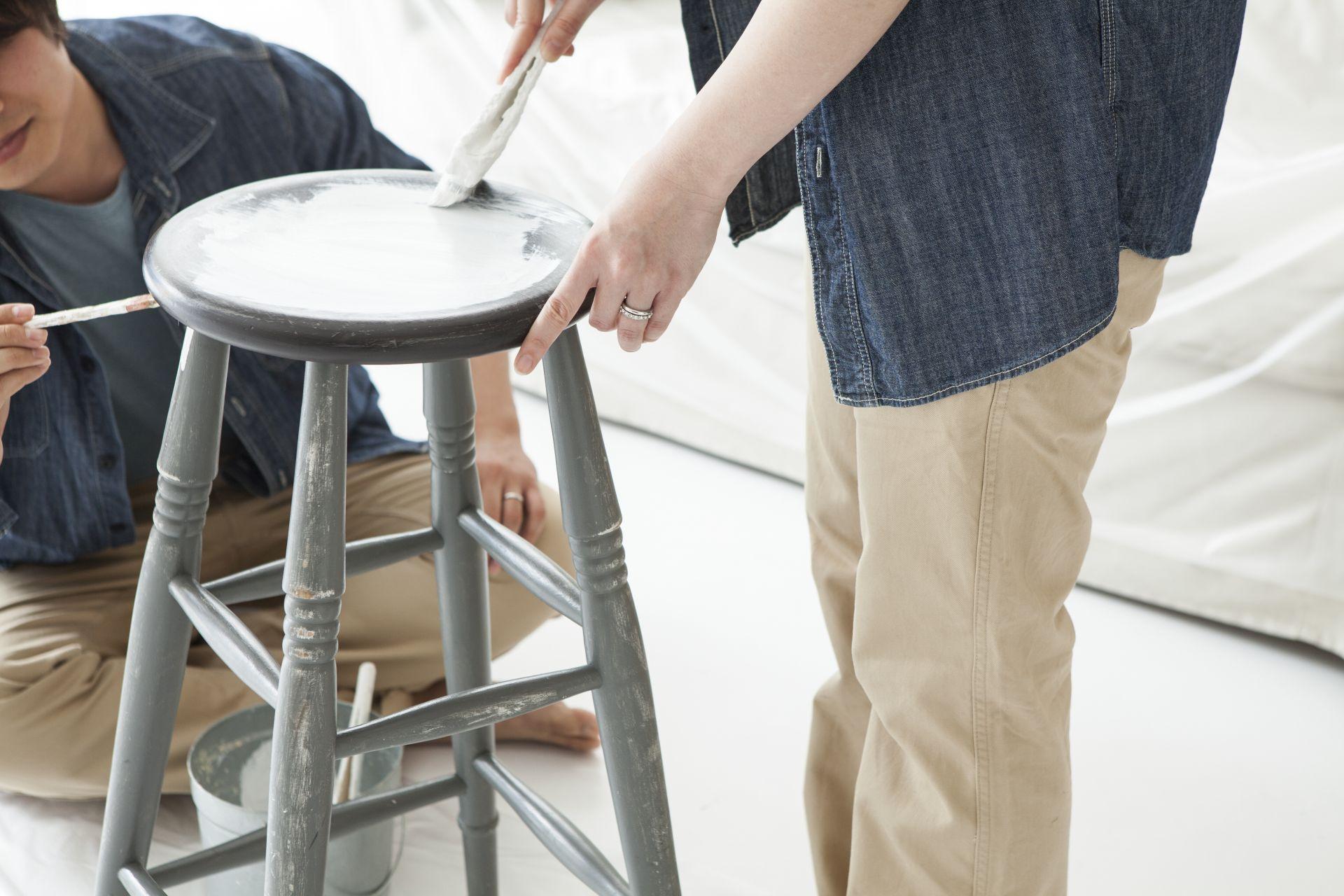 Pan maluje stołek