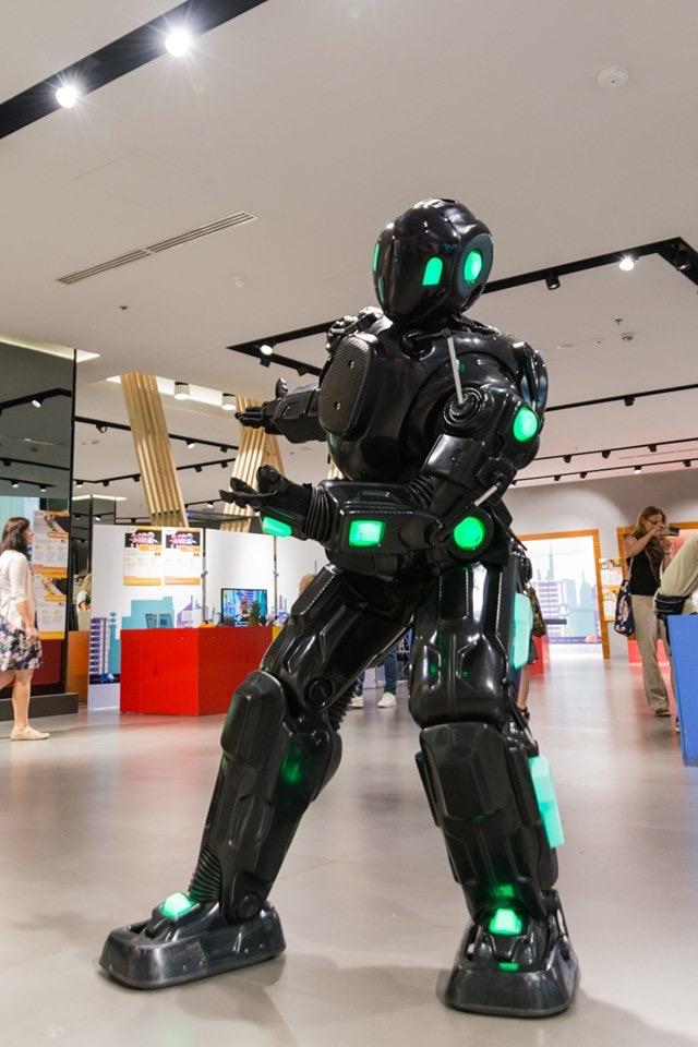 Udział w wydarzeniu to idealna okazja do tego, by poznać fascynujący świat robotyki i wirtualnej rzeczywistości. Widzowie będą mogli zobaczyć prawdziwy teatr robotów, nauczyć się sterować dronem i siłą umysłu zmusić przedmiot do latania.