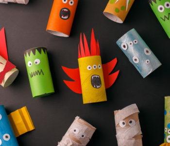 Stworki z rolek po papierze – prosta zabawa plastyczna na Halloween