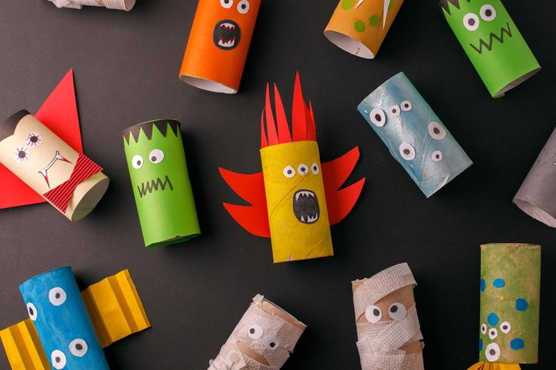 Stworki z rolek po papierze - prosta zabawa plastyczna na Halloween dla dzieci