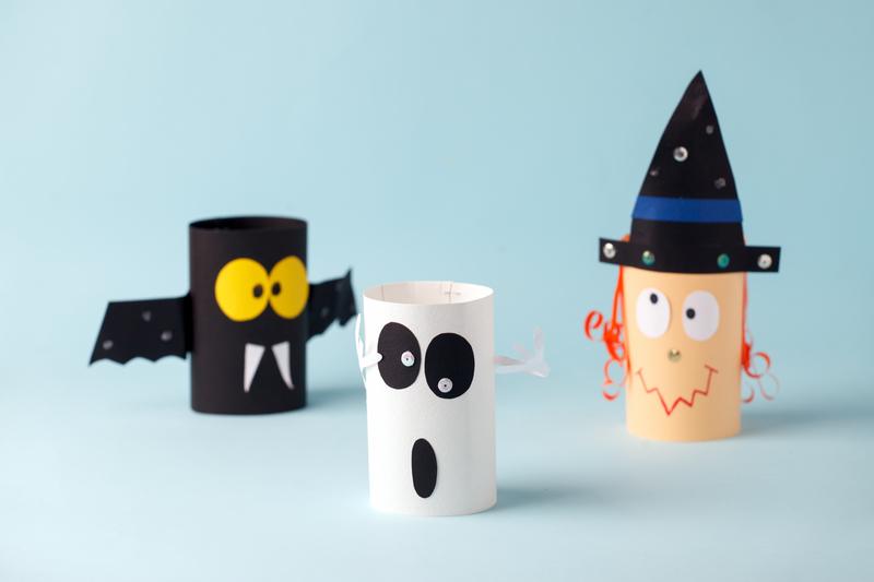 Halloweenowe stworki z rolek po papierze toaletowym. zabawa plastyczna dla dzieci
