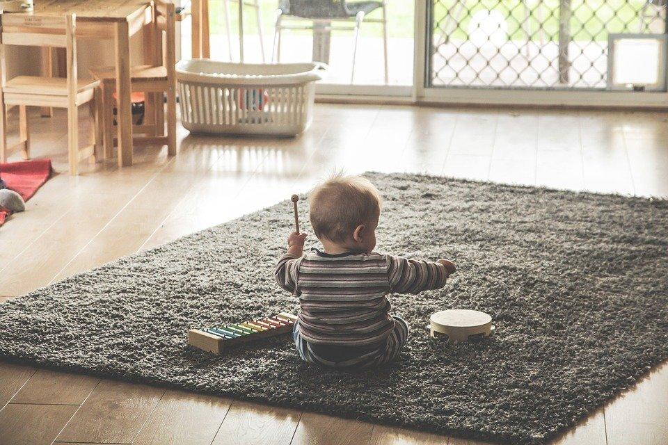 Zabawy na podłodze – dlaczego są ważne i jak zadbać o podłogę, aby była bezpieczna dla dziecka?