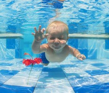 NIemowlę pierwszy raz na basenie.