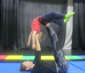 Wirtualne zajęcia z akrobatyki dla dzieci