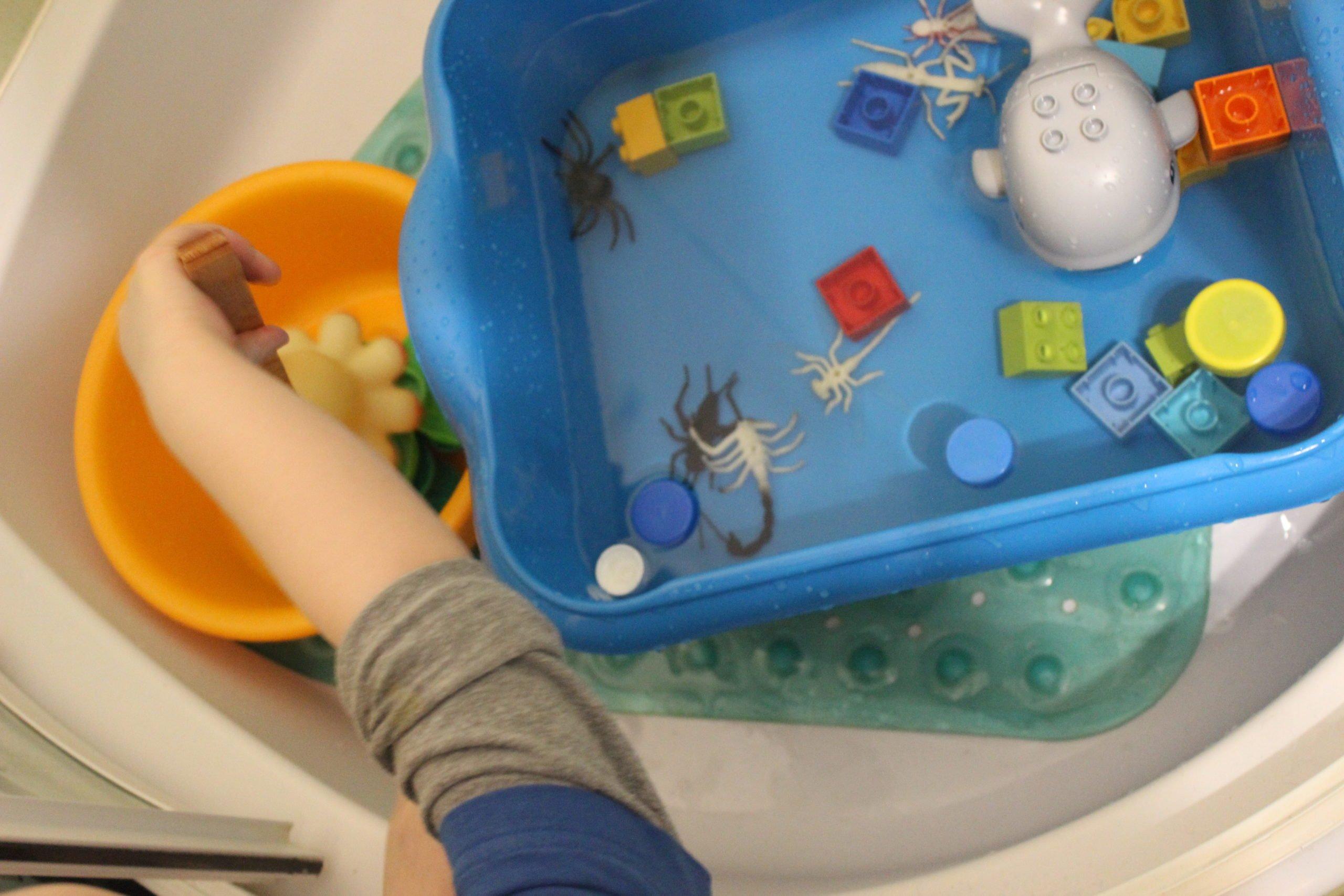 dziecko w domu zabawy z wodą
