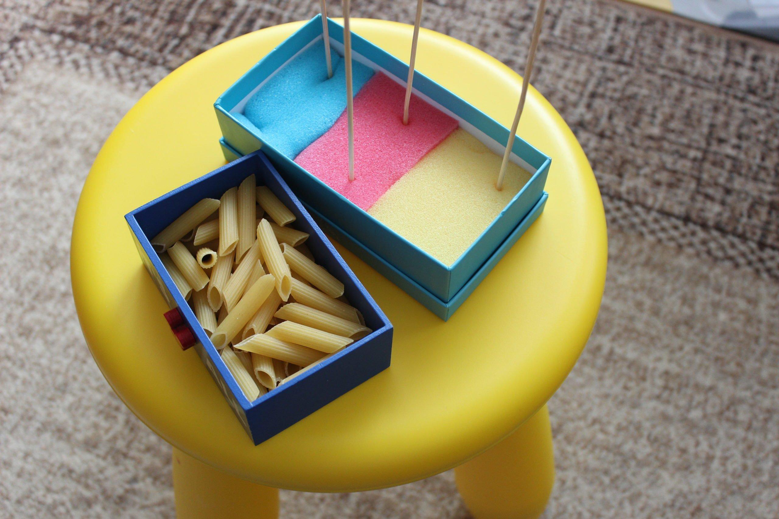Zabawy dla dzieci, łatwy sorter z makaronu