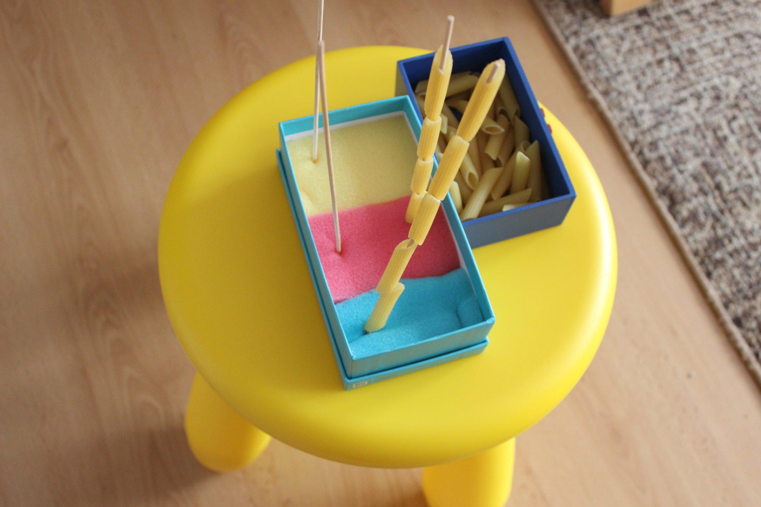 sorter diy w domu zabawy dla dzieci makaron