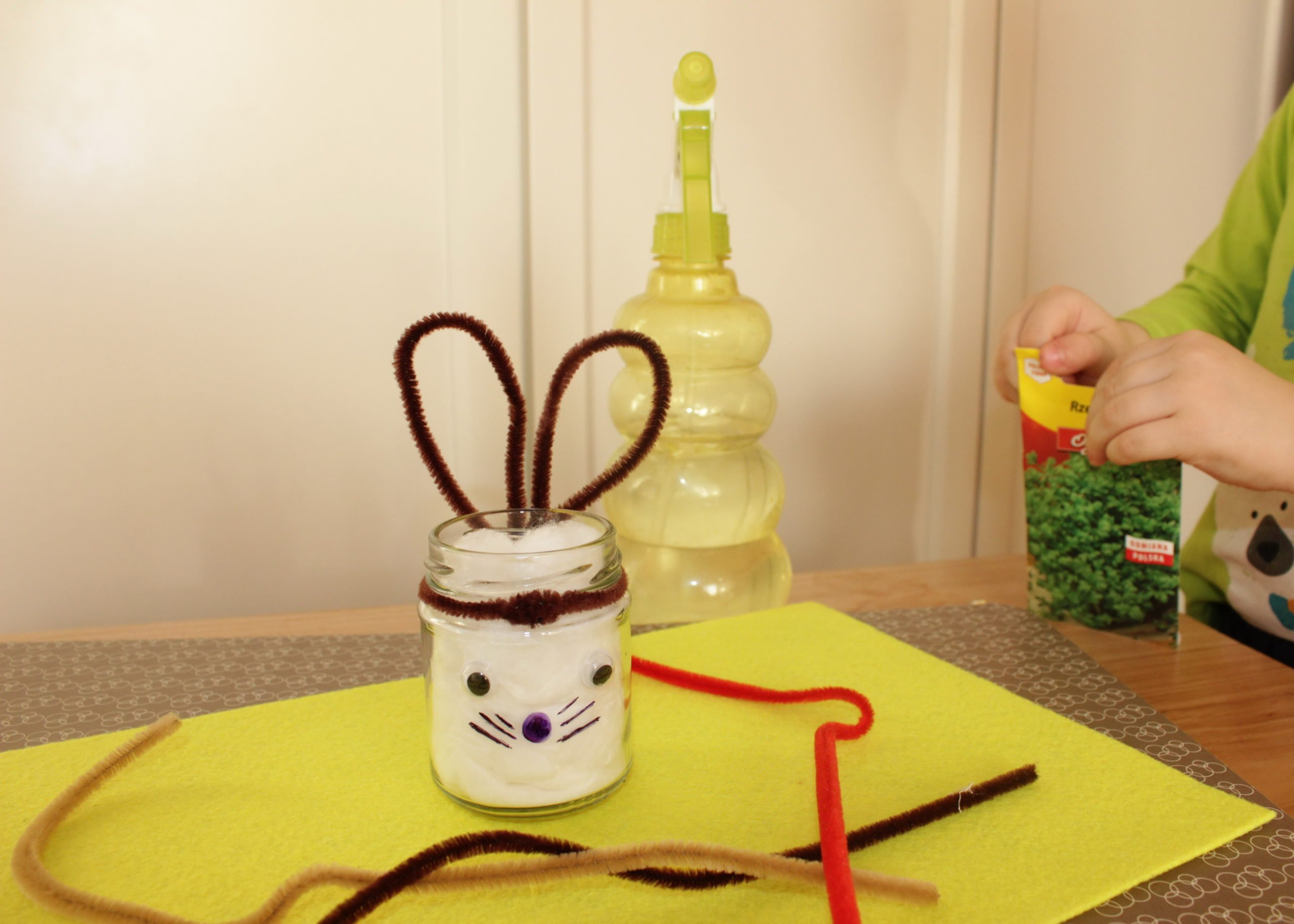 Zabawa wielkanocna dla dzieci handmade króliki z rzeżuchą