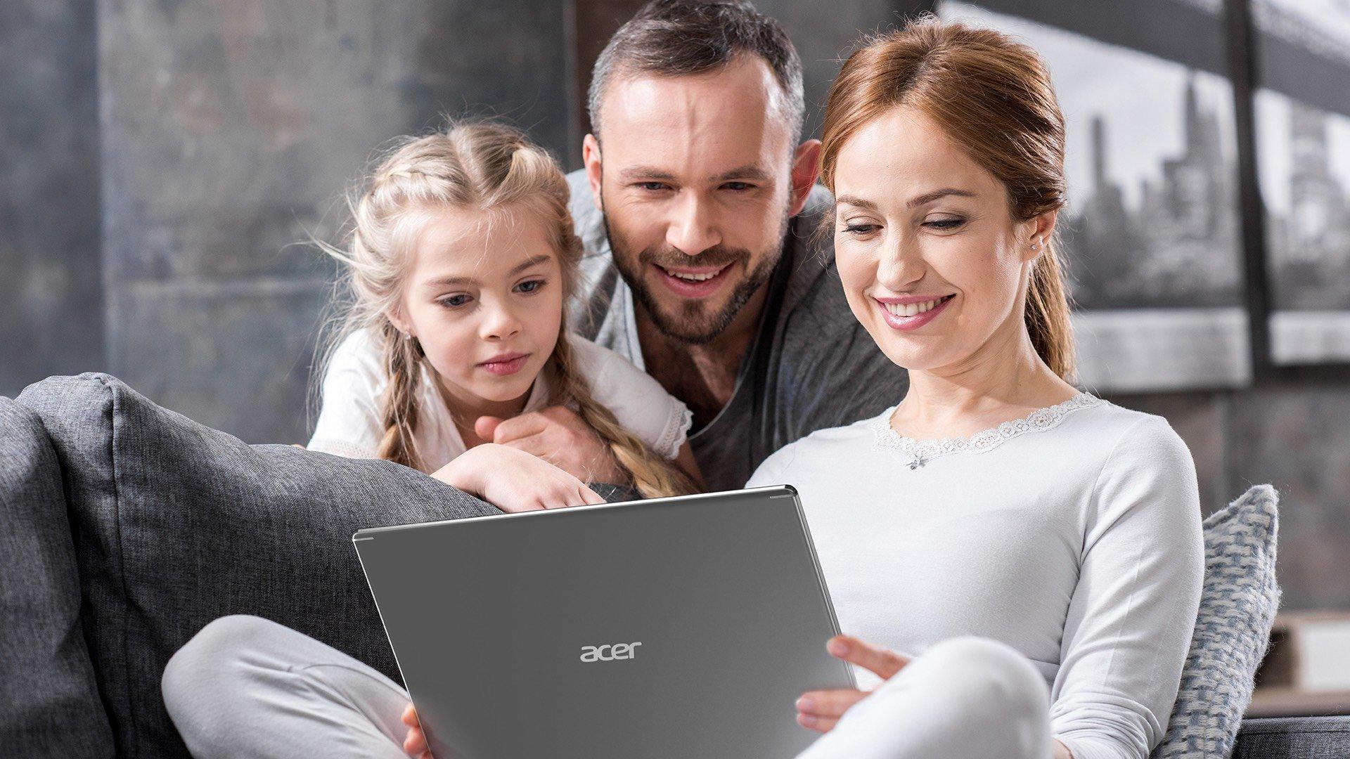 rodzina z laptopem acer