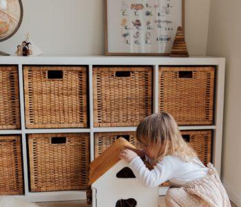 Dziewczynka i domek dla lalaek