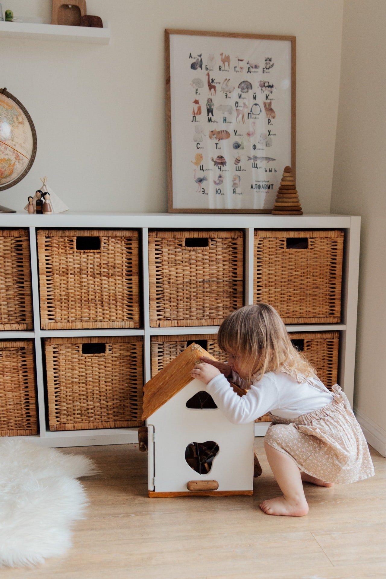 Drewniany domek dla lalek z oświetleniem, które umili dziecku zabawę.