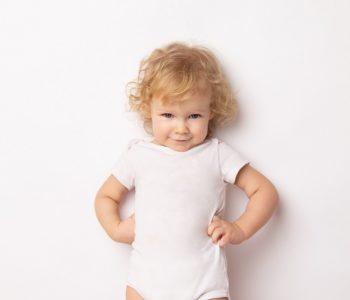 Uśmiechnięte dziecko w białym body