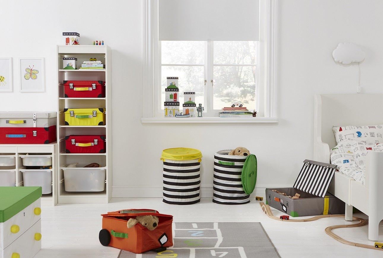 pokój z meblami firmy IKEA