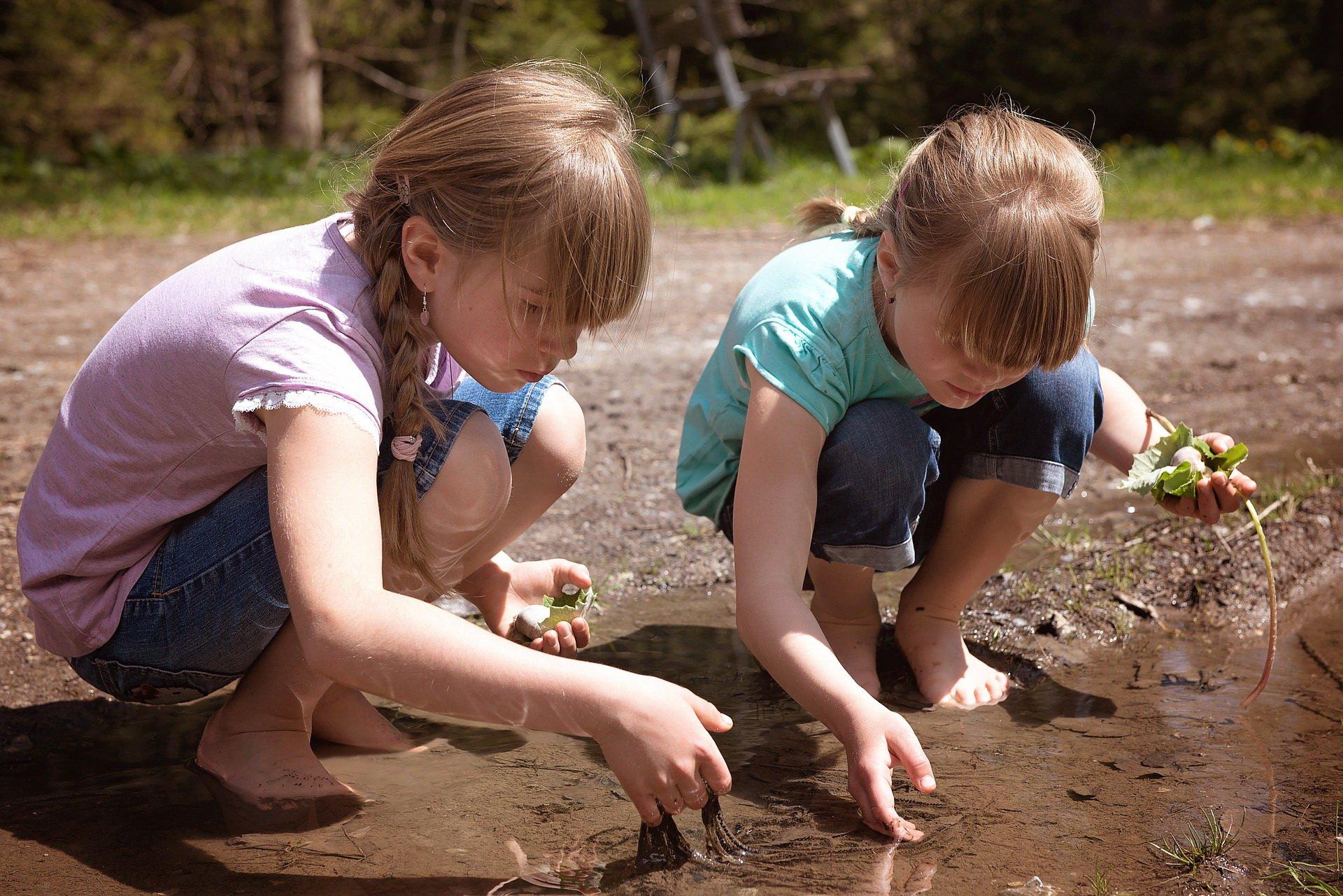 Zabawy na lato z wodą, zabawy na dworze, wakacyjne zabawy dla dzieci