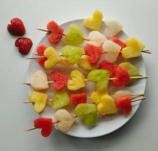 Kolorowe szaszłyki owocowe