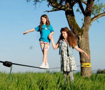 Slackline - wszechstronna aktywność dla dzieci i rodzin.