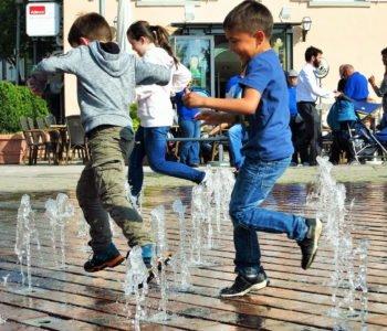 zabawa w fontannie czy pozwalać dzieciom