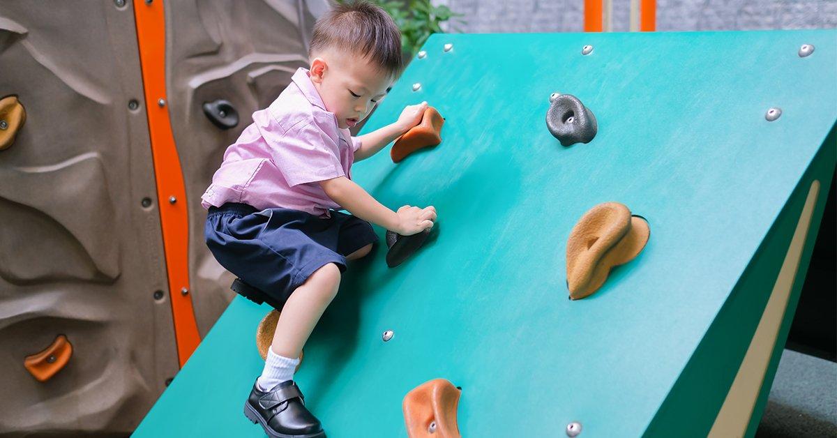Ścianka wspinaczkowa – czyli jak wzmocnić pewność siebie u dziecka?