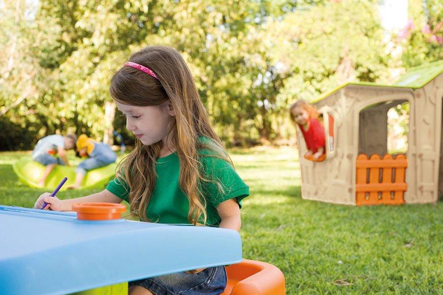 dzieci bawią się w ogrodzie