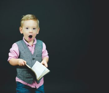 chłopiec z ksiązką w ręku