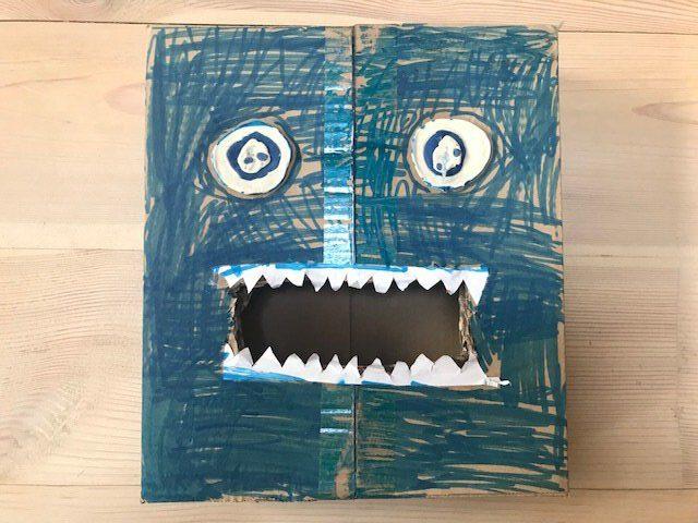 Potwór z pudełka kartonowego jak zrobić zabawy plastyczne dla dzieci