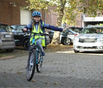 Dziewczynka w kasku na rowerze