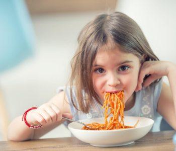 Dziewczynka je spagetti – lifevac