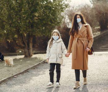 Córka z mamą na spacerze w maseczkach