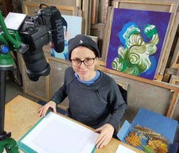 Artystyczna podróż marzeń. Bezpłatne warsztaty online z malarstwa, rysunku i grafiki z Moniką Waraxą.