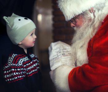 Mikołaj daje prezent małemu chłopcu