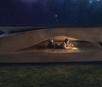 Kobieta z latarką wewnątrz ogromnej ksiązki