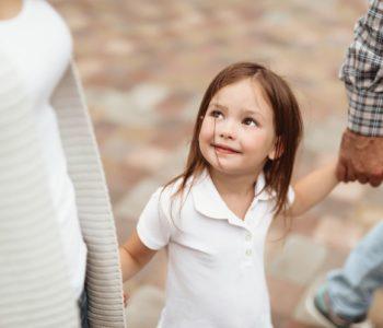 Mała uśmiechnięta dziewczynka