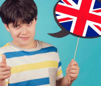 chłopiec z plakietką z flagą brytyjską