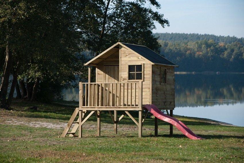 Drewniany domek ogrodowy dla dziecka – czym się kierować przy wyborze?