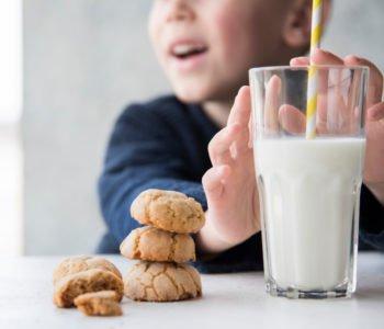 szklanka mleka i ciasteczka w tle dziecko