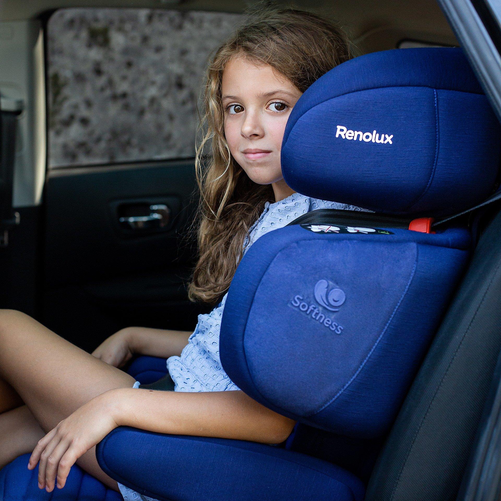 dziewczynka siedzi w niebieskim foteliku samochodowym firmy Renolux
